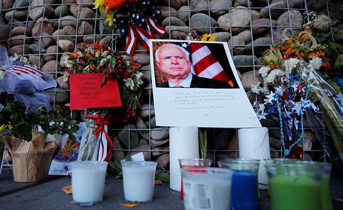 Цветы в память о покойном сенаторе Джоне Маккейне