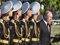 Президент РФ Владимир Путин во время церемонии возложения венка к Могиле Неизвестного Солдата в Курске