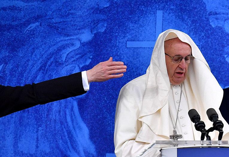 Папа Франциск читает проповедь в Ирландии