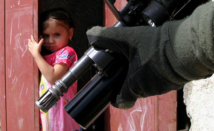 Иракская девушка смотрит на американского солдата в Багдаде