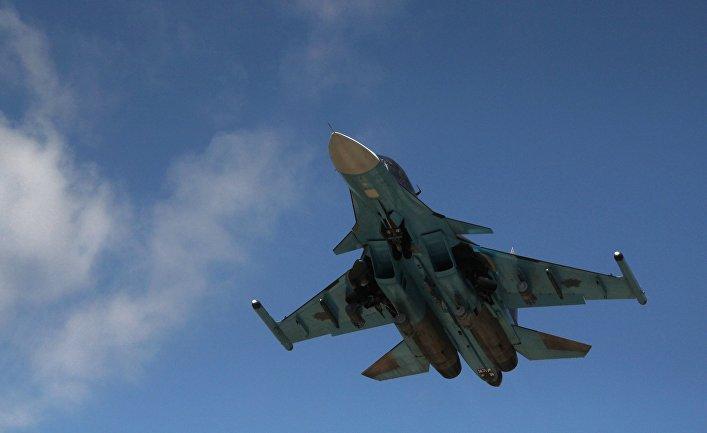 Российский истребитель-бомбардировщик Су-34 взлетает из аэропорта Латакии в Сирии