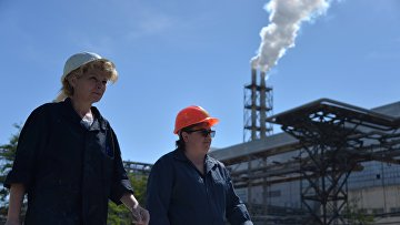 Рабочие завода закрытого акционерного общества «Крымский титан» в Крыму