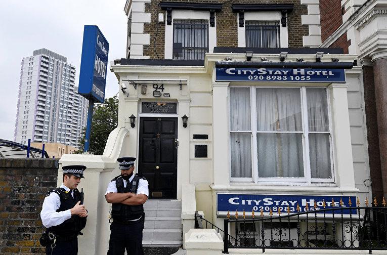 Сотрудники полиции около отеля City Stay в Лондоне. 5 сентября 2018