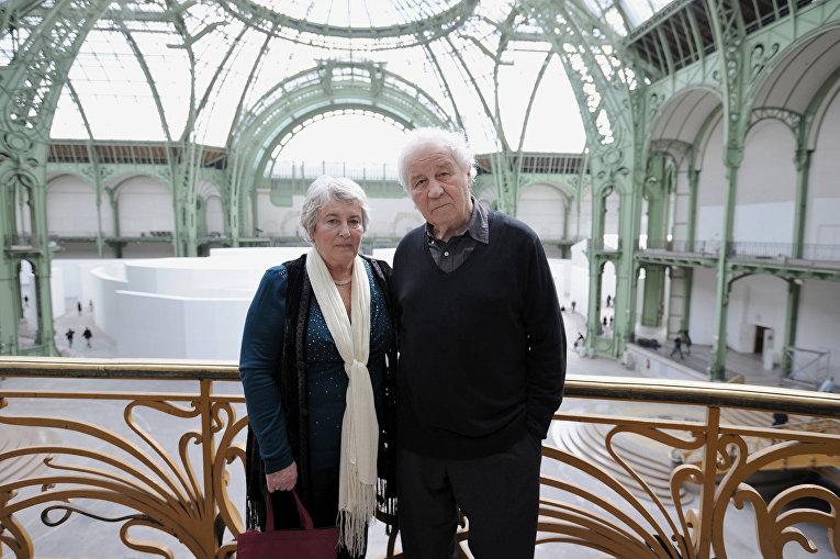 Художники Илья и Эмилия Кабаковы перед своей инсталяцией «Чужой город» в Париже