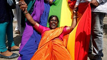 ЛГБТ активисты празднуют легализацию однополых отношений в Бенгалуру, Индия