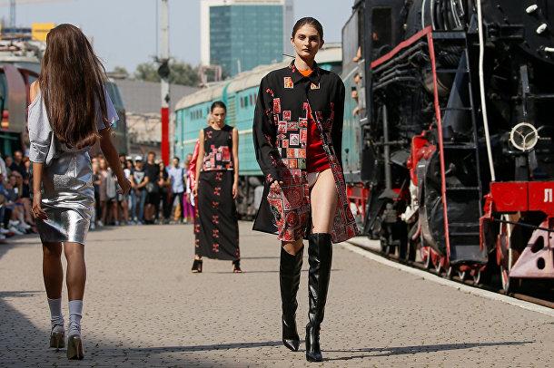 Модели на украинской неделе моды на железнодорожном вокзале в Киеве