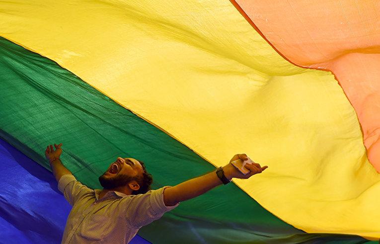 ЛГБТ активисты празднуют легализацию однополых отношений в Мумбаи, Индия