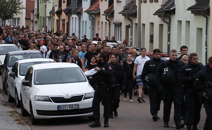 Участники траурного марша в Кетене, Германия