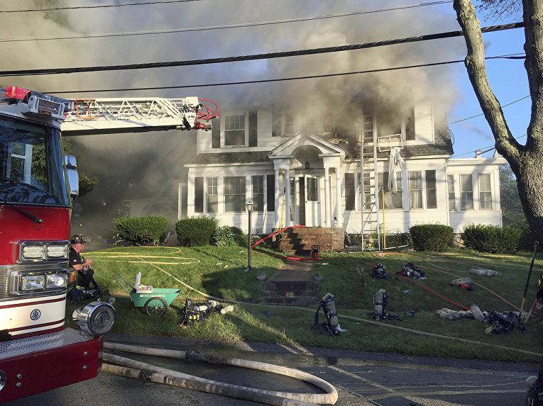 Пожарные на месте взрыва газа в Северном Андовере, Массачусетс, США