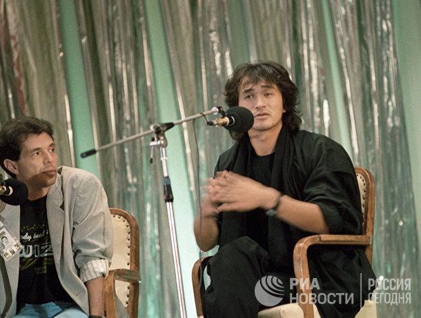 """Лидер популярной рок-группы """"Кино"""" Виктор Цой отвечает на вопросы на пресс-конференции"""