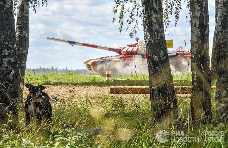 Танк команды армии Монголии в полуфинальной эстафете на соревнованиях по танковому биатлону Армейских международных Игр-2018