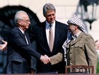 Председатель ООП Ясир Арафат пожимает руку премьер-министру Израиля Ицхаку Рабину