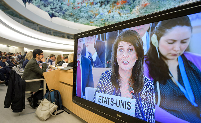 Постпред США при ООН Никки Хейли на экране во время заседания Совета по правам человека при ООН в Женеве