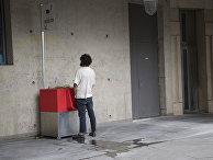 Мужчина у общественного писсуара в Париже