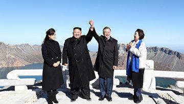 Президент Южной Кореи Мун Чжэ Ин и лидер КНДР Ким Чен Ын во время визита на гору Пэктусан
