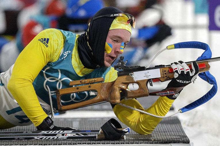 Шведский биатлонист Себастьян Самуэльссон на огневом рубеже во время гонки на 12,5 км на Олимпийских играх в Пхёнчхане