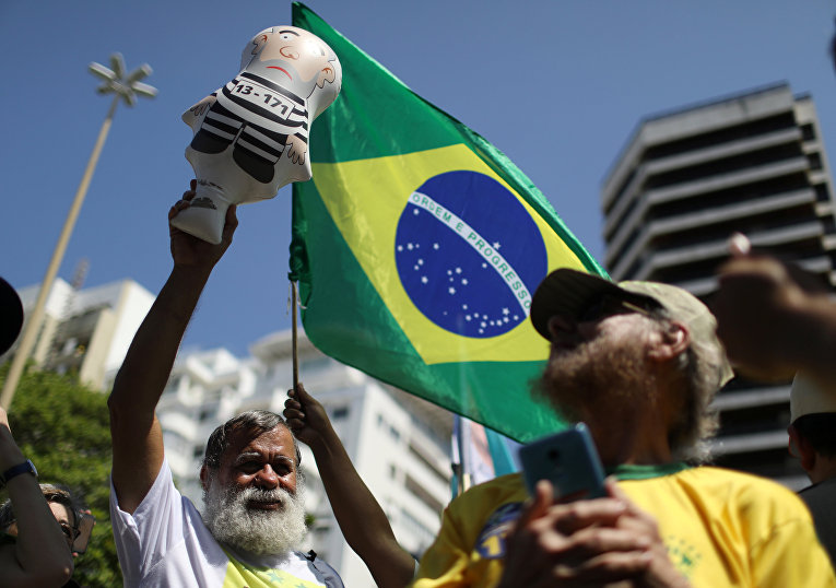 Сторонник кандидата в президенты Яир Болсонаро во время демонстрации в Рио-де-Жанейро