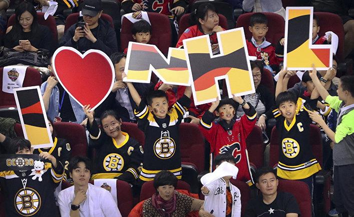 Болельщики во время хоккейного матча НХЛ в Пекине, Китай