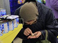 Пожилые люди делают покупки в магазине