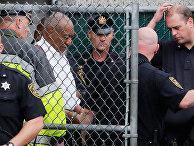 Актер и комик Билл Косби покидает здание суда округа Монтгомери