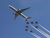 Пилотажная группа ВВС Турции на истребителях F-5 и пассажирский самолет во время выставки в Стамбуле