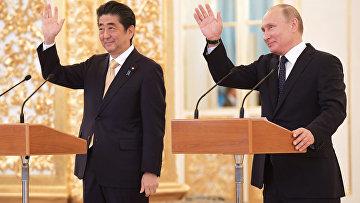 Президент РФ Владимир Путин и премьер-министр Японии Синдзо Абэ во время сеанса связи с экипажем МКС в рамках встречи в Кремле. 26 мая 2018