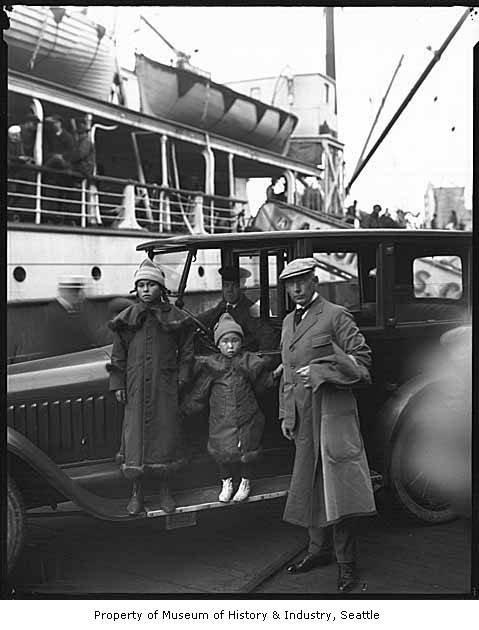 Руаль Амундсен с двумя девочками
