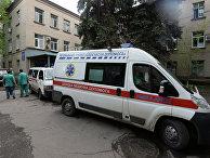 """Машины """"скорой помощи"""" возле центральной больницы Славянска"""