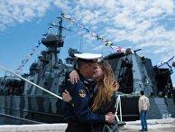 Моряк Черноморского флота с девушкой во время праздничных мероприятий в Севастополе. 13 мая 2018