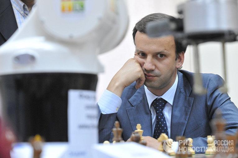 Аркадий Дворкович играет в шахматы с роботом