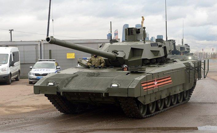 """Танк Т-14 """"Армата"""" перед началом репетиции военного парада в Москве"""
