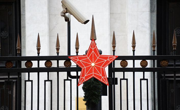 Красная звезда на ограде здания министерства обороны РФ