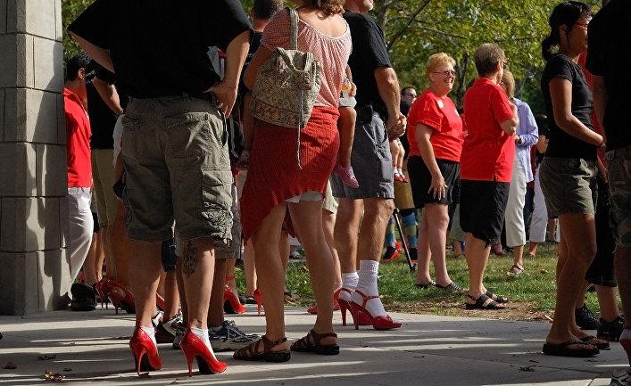 Мужчины в женских туфлях во время акции против насилия в отношении женщин