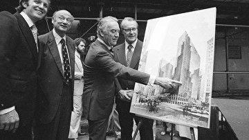 28 июня 1978. Дональд Трамп (слева) участвует в обсуждении концепции New York Hyatt Hotel