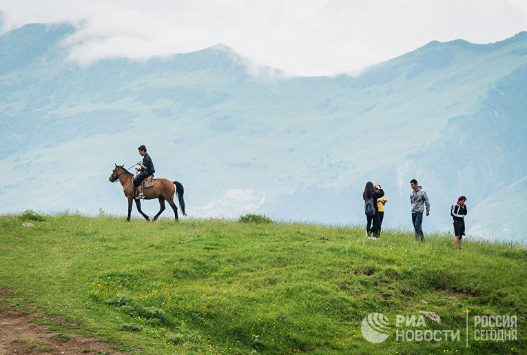 Туристы и местные жители у Военно-Грузинской дороги