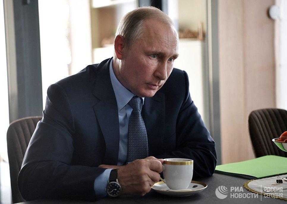 Президент РФ Владимир Путин на встрече с мэром города Черемхово Вадимом Семеновым