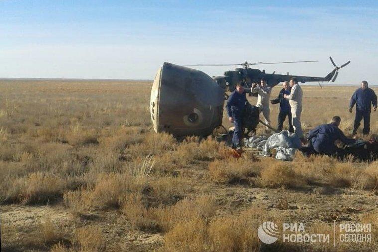 Капсула с космонавтом  Алексеем Овчининым и астронавтом NASA Ником Хейгом после аварийной посадки
