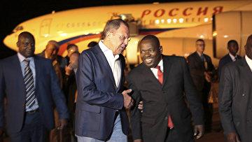 Глава МИД РФ Сергей Лавров и Глава МИД Зимбабве Сибусисо Мойо в аэропорту имени Роберта Мугабе в Хараре. 7 марта 2018