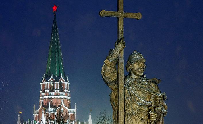 Памятник великому князю Владимиру у кремлевских стен в Москве