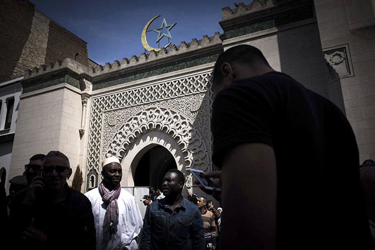Верующие покидают Гранд Моски де Пари после пятничной молитвы в Париже