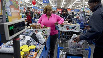 Покупатели в магазине сети Wal-Mart в Вашингтоне