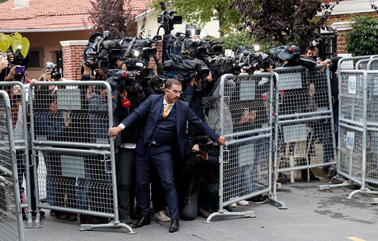 Репортеры у консульства Саудовской Аравии в Стамбуле