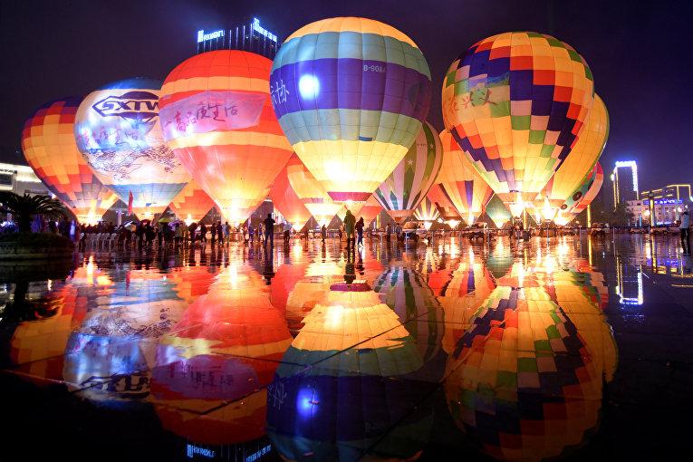 Воздушные шары во время туристического мероприятия в Цяньсинань-Буэй
