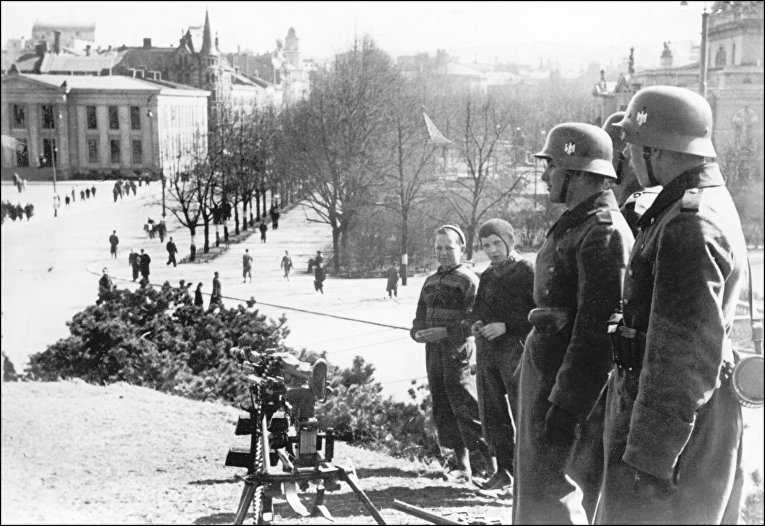 Немецкие солдаты перед королевским дворцом в Осло, 1940 г