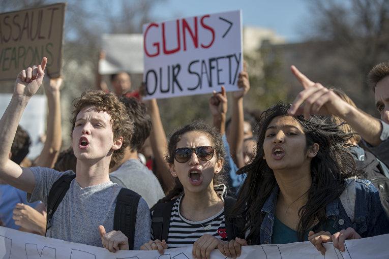 Школьники из Монтгомери во время акции протеста возле здания Конгресса США после стрельбы в школе Паркленда во Флориде
