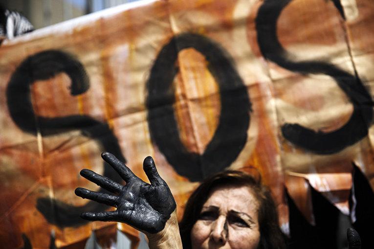 Участники акции протеста с требованием принять меры по предотвращению разливов нефти в Лиме, Перу