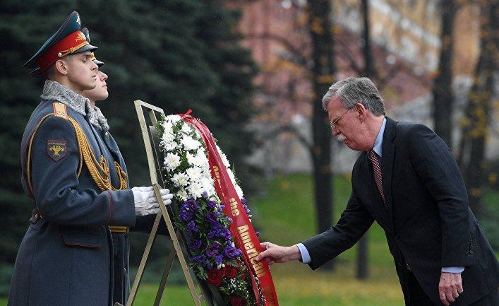 Советник президента США Джон Болтон возложил венок к Могиле Неизвестного солдата