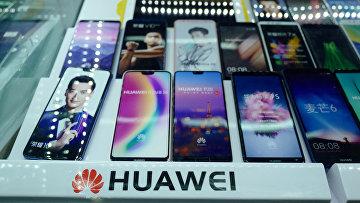Смартфоны Huawei в магазине в Шанхае