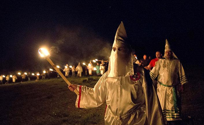 Члены Ку-клукс-клан во время шествия в сельском округе Полдинг недалеко от Сидар-Тауна