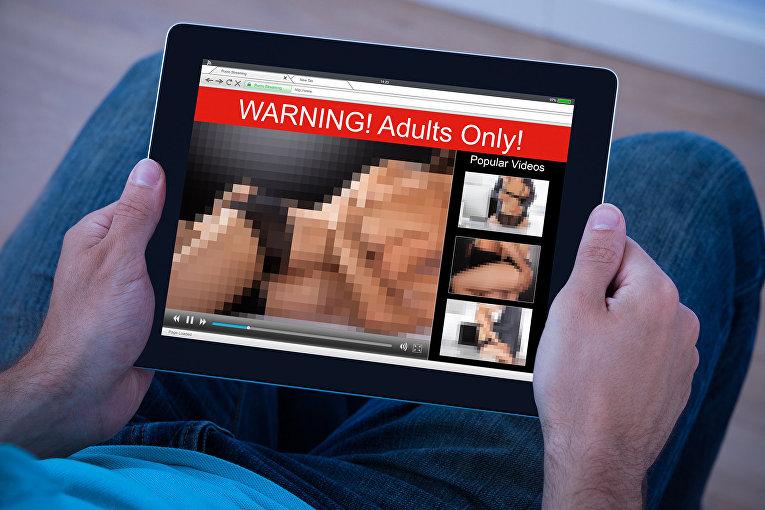 Порно на экране планшетного компьютера
